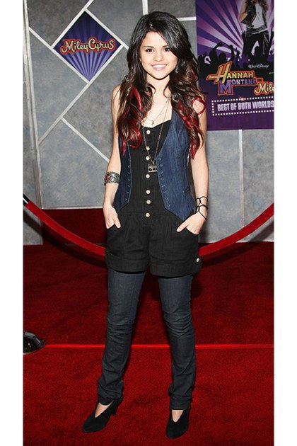 Tháng 1, 2008 Tại buổi công chiếu Hannah Montana, diện trang phục denim-on-denim, song Selena lại thể hiện cá tính rõ ràng của mình khi kết hợp áo gile, jumpsuit và quần jeans dài với nhau. Đây chính xác là những gì những ngôi sao tuổi teen nên làm khi xuất hiện trên thảm đỏ!