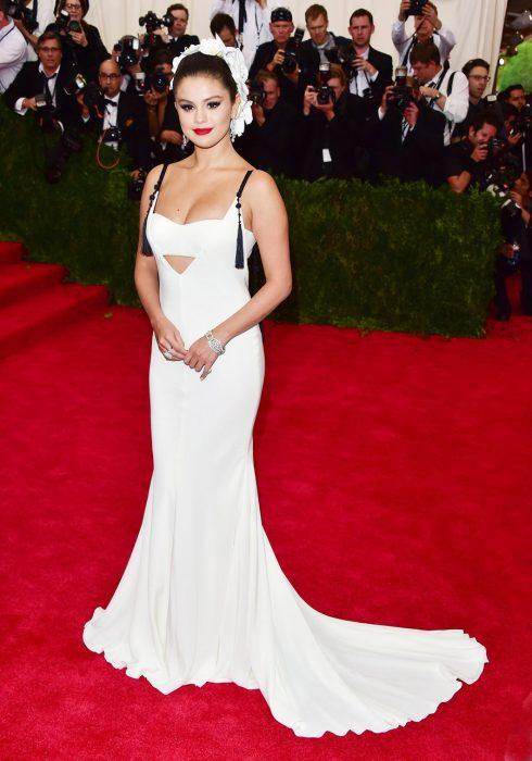 Tháng 5, 2015 Selena xuất hiện trong trang phục của Vera Wang. Tuy nhiên, nữ ca sĩ khiến nhiều người ngỡ ngàng không phải bởi vẻ ngoài xinh đẹp như mọi khi mà bởi cân nặng tăng trầm trọng.