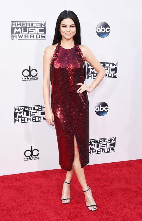 11/2015 Selena xuất hiện xinh đẹp trở lại trong chiếc đầm đỏ lấp lánh tại American Music Awards.
