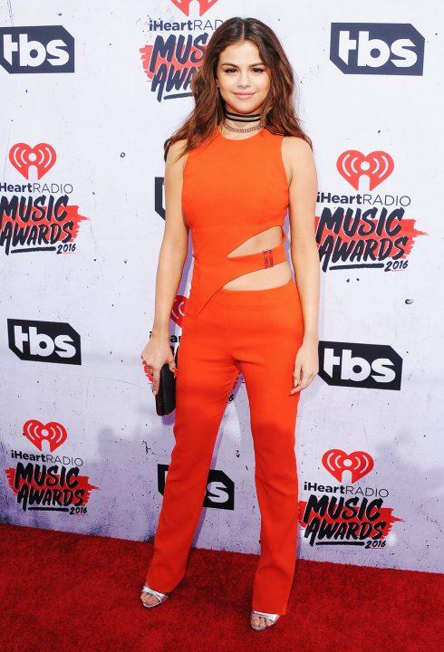 4/2016 người ta vẫn biết Selena luôn dành tình yêu cho những bộ jumpsuit. Tại iHeartRadio Music Awards, cô chọn thiết kế màu cam của Mugler kết hợp với vòng choker cho vẻ ngoài thanh lịch nhưng vẫn cá tính.