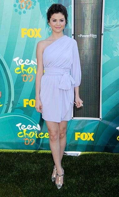 8/2009 Selena lúc này đã thực sự thay đổi gu thời trang trở nên trưởng thành hơn rất nhiều. Xuất hiện tại lễ trao giải Teen Choice Awards năm 2009 với bộ váy màu tím, người ta không còn thấy hình ảnh Selena Gomez nhí nhảnh năm nào mà thay vào đó là một cô gái trưởng thành quyến rũ.