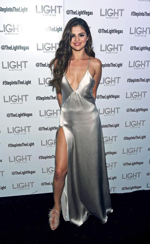 5/2016 Selena xuất hiện lộn lẫy trong buổi khởi động Tour diễn Revival của cô.