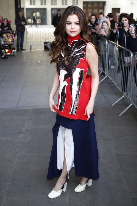 Trong năm nay, phong cách thời trang của Selena lại có một sự thay đổi khi cô thường xuyên xuất hiện với những thiết kế mang phong cách cổ điển, thanh lịch mà vẫn ấn tượng. Lí do được Selena chia sẻ là cô đã có riêng cho mình 1 stylist mới cho tour diễn Revival.