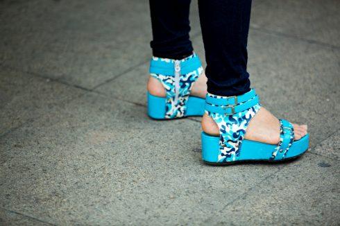 Một đôi giày sandal lạ.