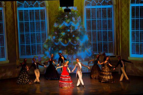 Vở diễn này còn thu hút công chúng bởi những màn nhảy múa đặc biệt, kết hợp những điệu múa nổi tiếng từ các nước châu Âu.