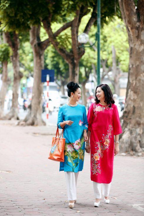 Doanh nhân Phùng Thủy - chủ thương hiệu Peony và nghệ sĩ Chiều Xuân trong những mẫu áo dài của BST Tinh hoa sắc Việt.