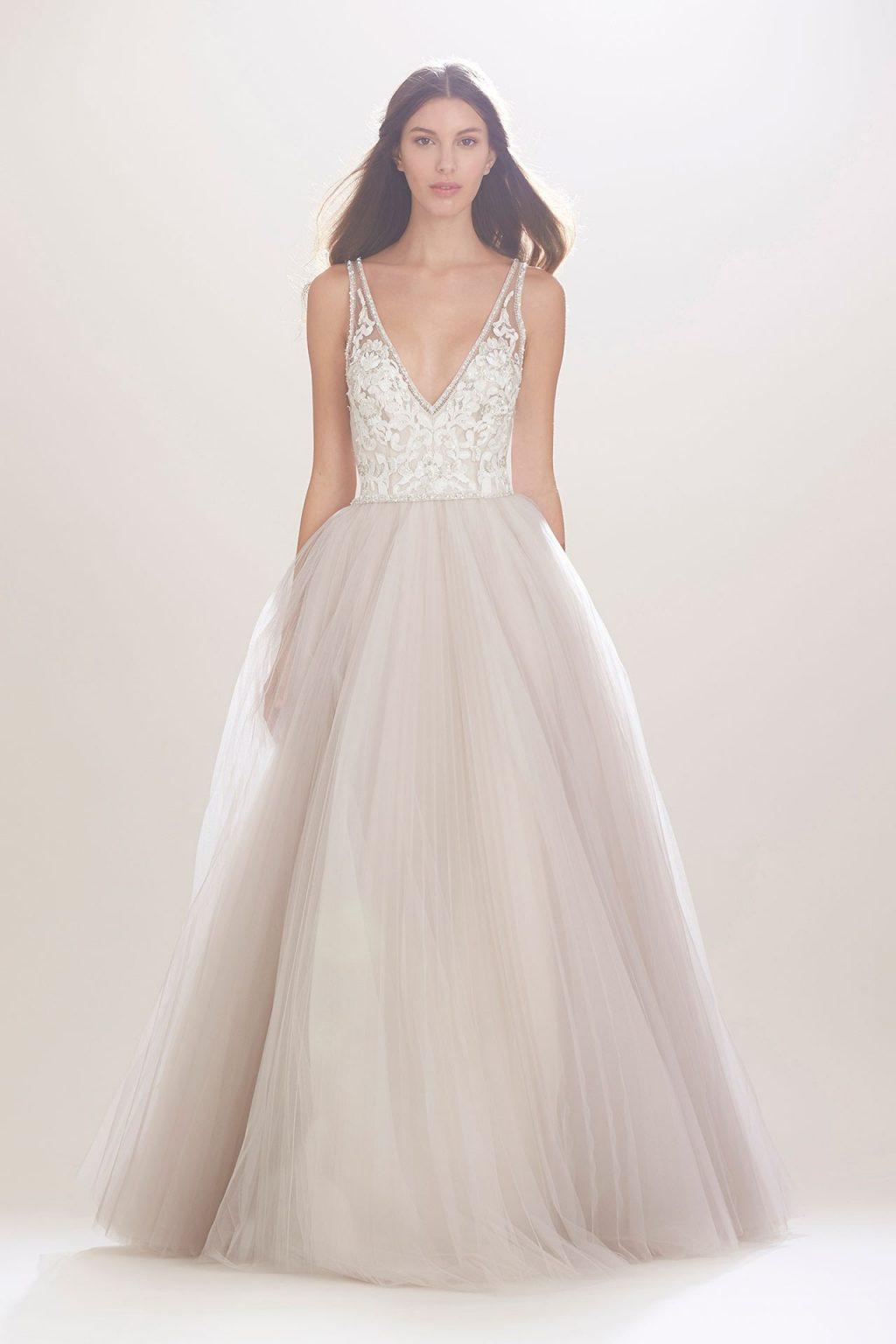 váy cưới đẹp với cổ chữ V khoét sâu của Carolina Herrera