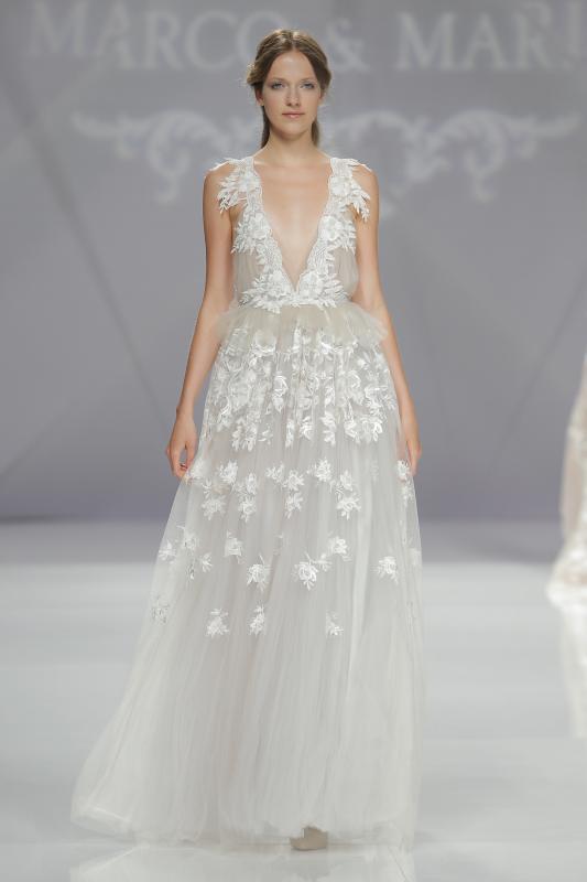váy cưới đẹp với cổ chữ V khoét sâu của Marco & Maria