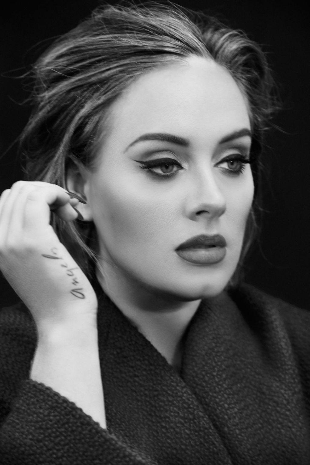 Ca sĩ Adele với hình xăm tên con trai trên tay.