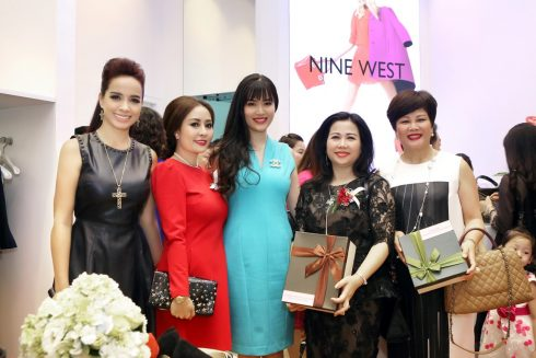 Tham gia sự kiện, quý khách hàng còn được tham gia chương trình bốc thăm may mắn với nhiều phần quà hấp dẫn từ Nine West