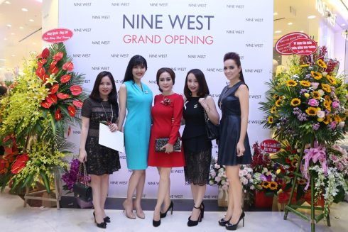 Giám đốc nhãn hàng – Bà Nguyễn Minh Diệp, chụp hình lưu niệm với người mẫu – MC Thúy Hạnh, Hoa hậu Thu Thủy và khách mời VIP.