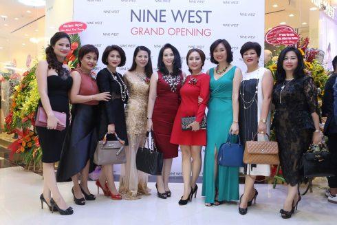 Giám đốc nhãn hàng, Bà Nguyễn Minh Diệp nồng nhiệt tiếp đón những khách hàng thân thiết