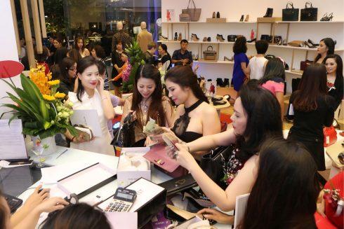 Trong không gian ấm cúng của gian hàng, các khách hàng thoải mái mua sắm với ưu đãi 3O%, thưởng thức tiệc nhẹ và những bản phối sôi động của DJ