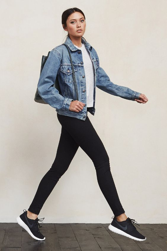 Không có gì hợp với đôi chân to của dáng quả lê hơn là legging màu đen.
