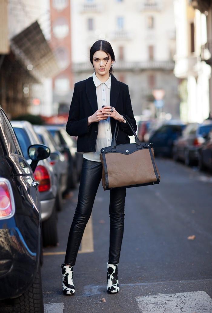 Layering áo trong dài hơn áo ngoài cũng là một cách để bạn tạo dấu ấn thời trang riêng.