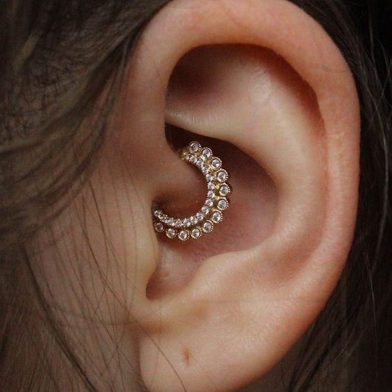 Xỏ lỗ Daith - vị trí bấm lỗ tai đẹp được yêu thích - elle vn