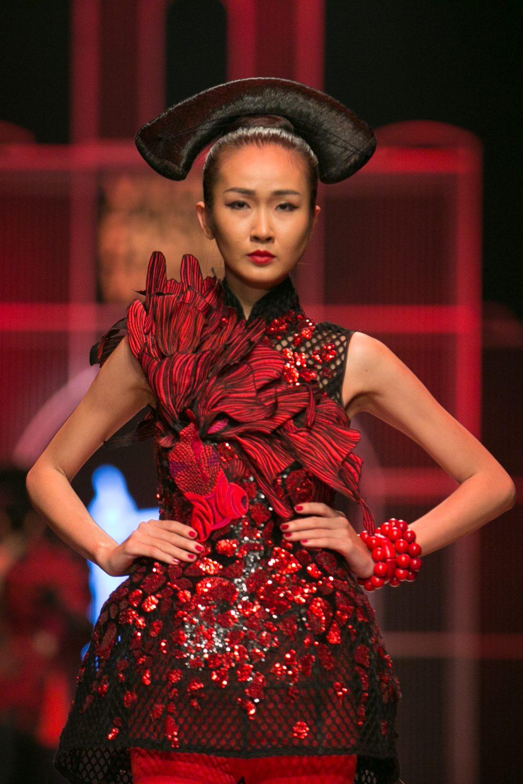 """NTK Frederick Lee """"nhuộm đỏ"""" sàn diễn thời trang Thu-Đông 2016 -ELLE VN"""