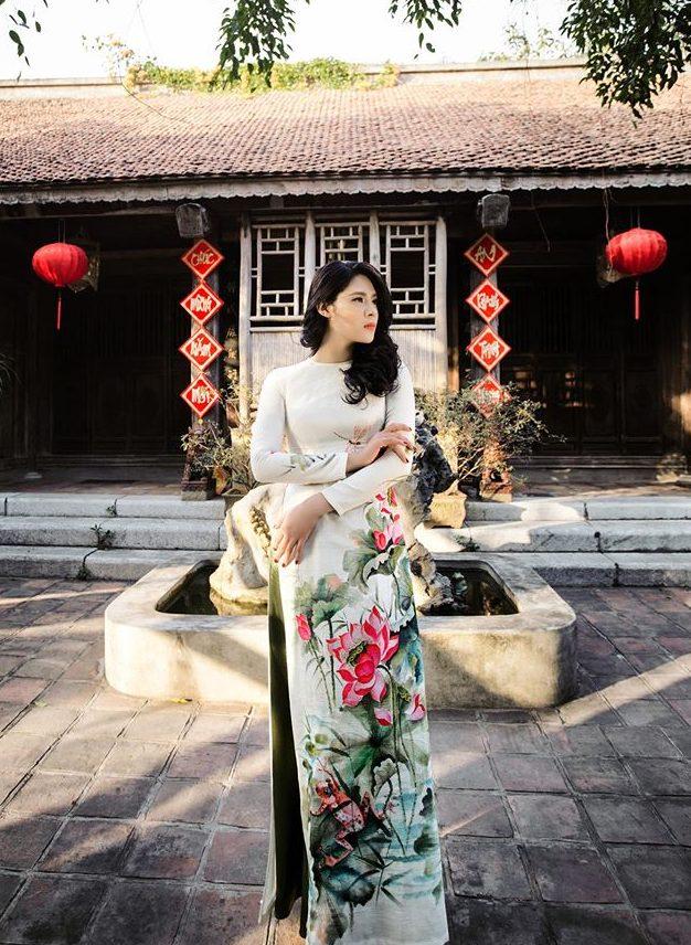 Mẫu áo dài cưới đẹp - áo dài cổ thuyền - elle vn
