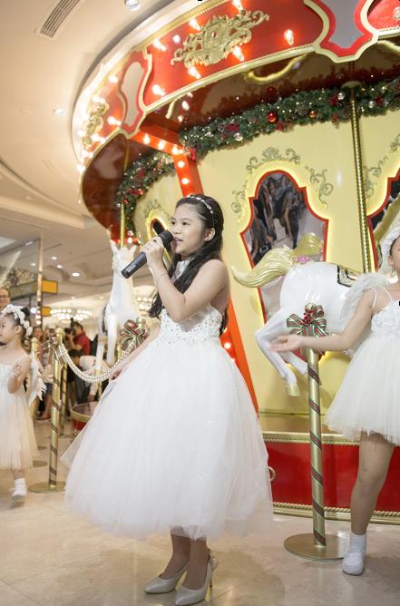 Bé Bảo Trân cất giọng hát thiên thần trong ca khúc All I Have For Christmas Is You