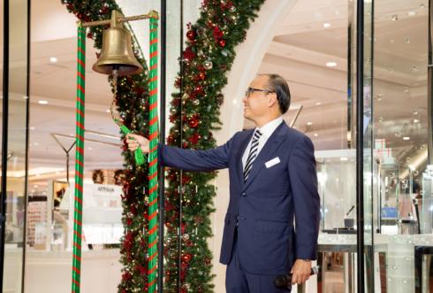 Đại diện Takashimaya – Mr Bobby Shum gióng lên những tiếng chuông đầu tiên báo hiệu thời khắc kỳ diệu nhất trong năm.