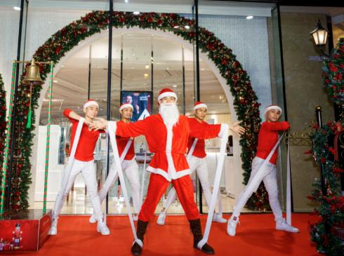 Caption: chiếc hộp âm nhạc Takashimaya chính thức khai mở vũ điệu sôi động của ông già Noel tối thứ sáu vừa qua