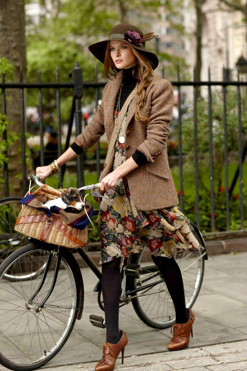 Vải tweed, chất liệu kinh điển trong mùa Thu-Đông: cô gái đi xe đạp.