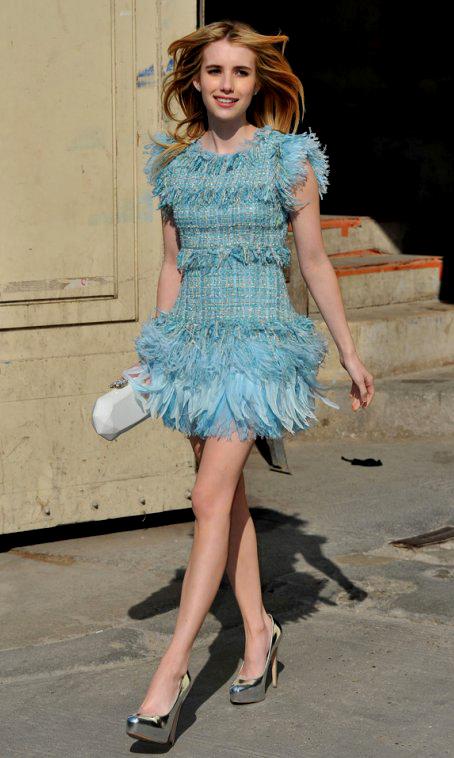 Vải tweed, chất liệu kinh điển trong mùa Thu-Đông: Emma Roberts.