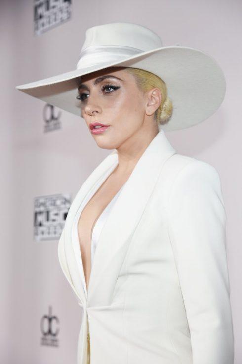 10 ngôi sao có phong cách trang điểm đẹp nhất thảm đỏ AMA 2016 - Lady Gaga