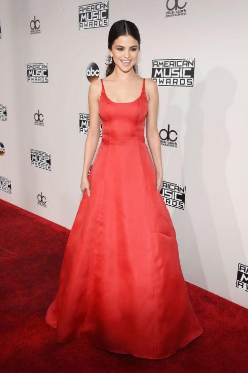 Selena Gomez đã có màn tái xuất showbiz ấn tượng trong chiếc đầm đỏ tuyệt vời của Prada.
