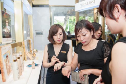 Khách hàng đang trải nghiệm các sản phẩm được chiết xuất từ vàng 24K tại showroom H&H.