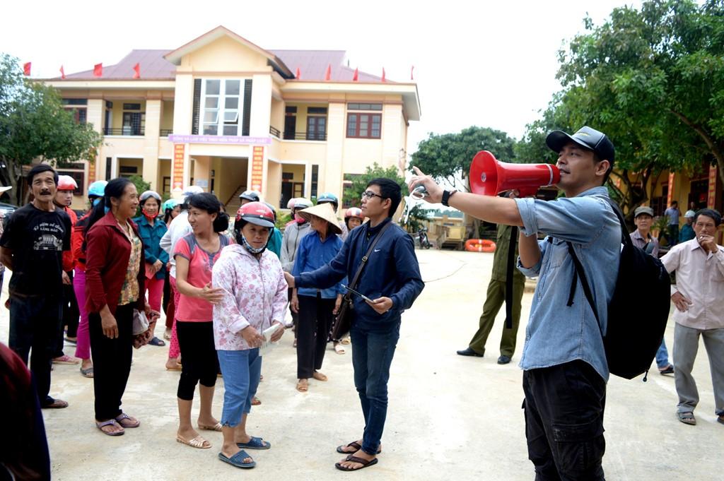 MC Phan ANh đi cứu trợ vùng lũ