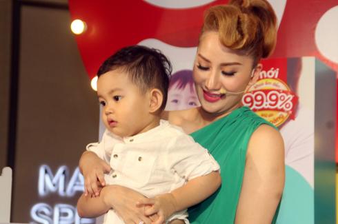 Kubin - Con trai của Khánh Thi lộ rõ vẻ hiếu kỳ trong vòng tay mẹ