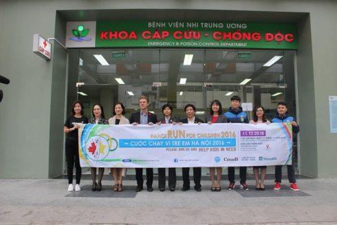 BTC Cuộc chạy vì trẻ em Hà Nội 2016 thăm và tặng quà cho các bệnh nhi tại Khoa Ung bướu và Lớp học Hy vọng, Bệnh viện Nhi Trung ương ngày 9/11/2016.