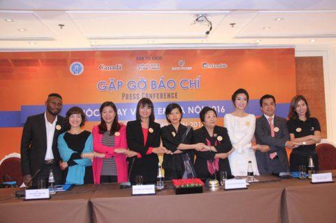 Đại sứ Canada tại Việt Nam Ping Kitnikone (giữa) cùng các thành viên ban tổ chức tại buổi họp báo chiều ngày 24/11. (Ảnh: Tuấn Việt)