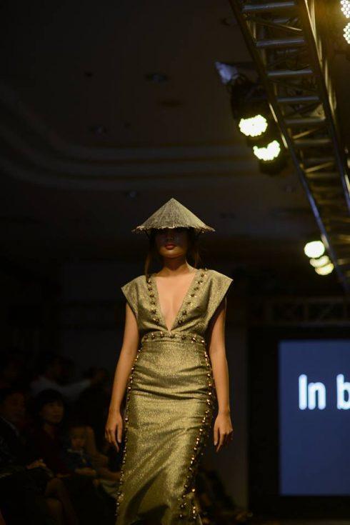 Với chất liệu chủ đạo là vải đũi, vải voan cùng màu sắc chủ đạo là đen ,đỏ, trắng, vàng cùng sự kết hợp biến tấu nón lá