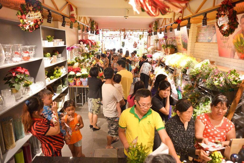 Người yêu hoa quận 6 háo hức tham quan và mua sắm tại cửa hàng Dalat Hasfarm Hậu Giang, TP.HCM