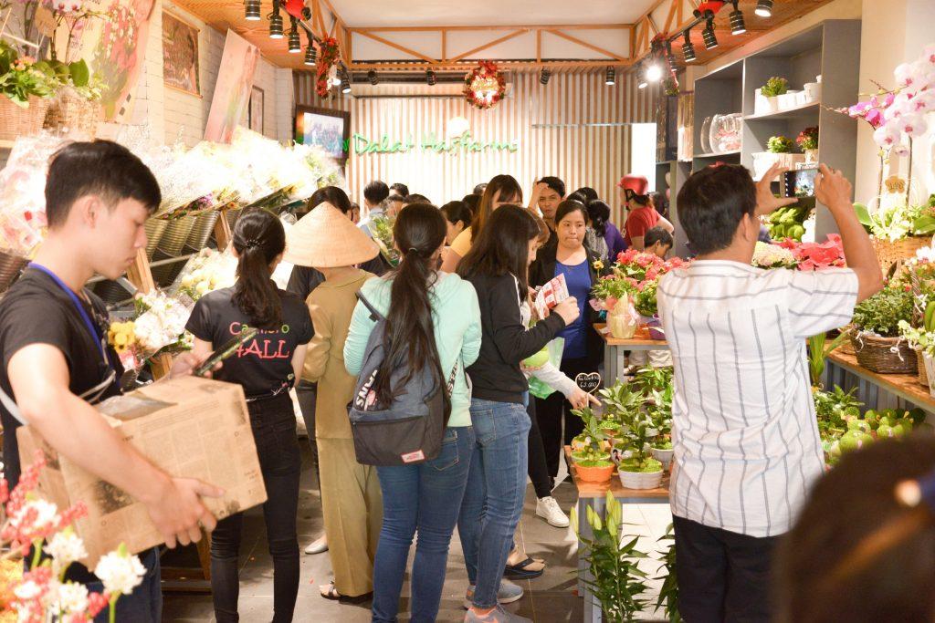Người yêu hoa quận 6 háo hức tham quan và mua sắm tại cửa hàng Dalat Hasfarm Hậu Giang, TP.HCM - 02