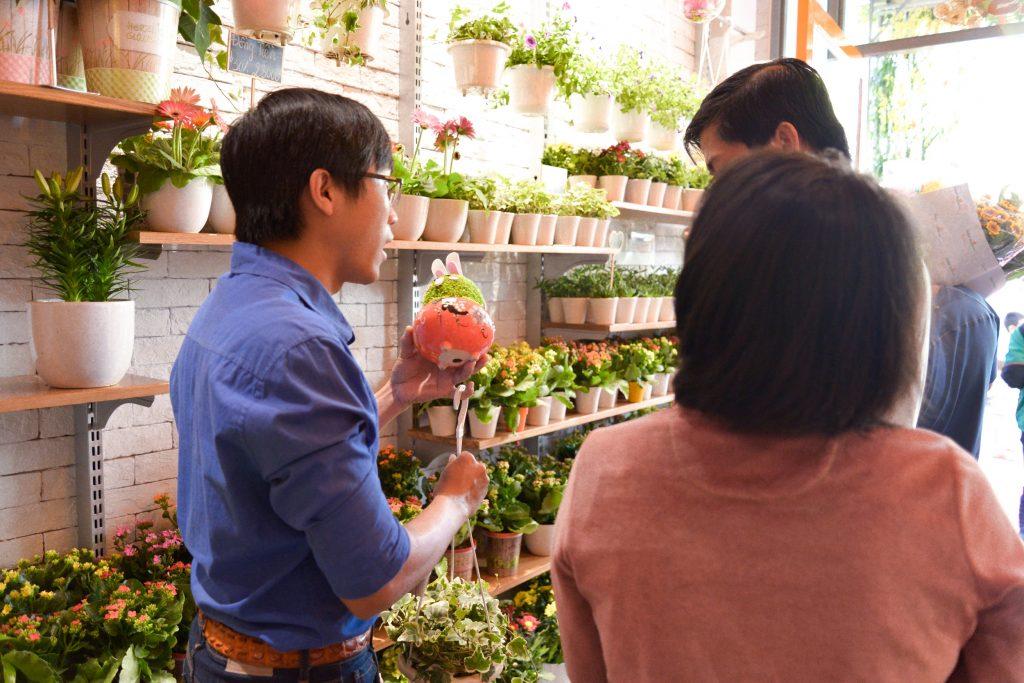 Người yêu hoa quận 6 háo hức tham quan và mua sắm tại cửa hàng Dalat Hasfarm Hậu Giang, TP.HCM - 03