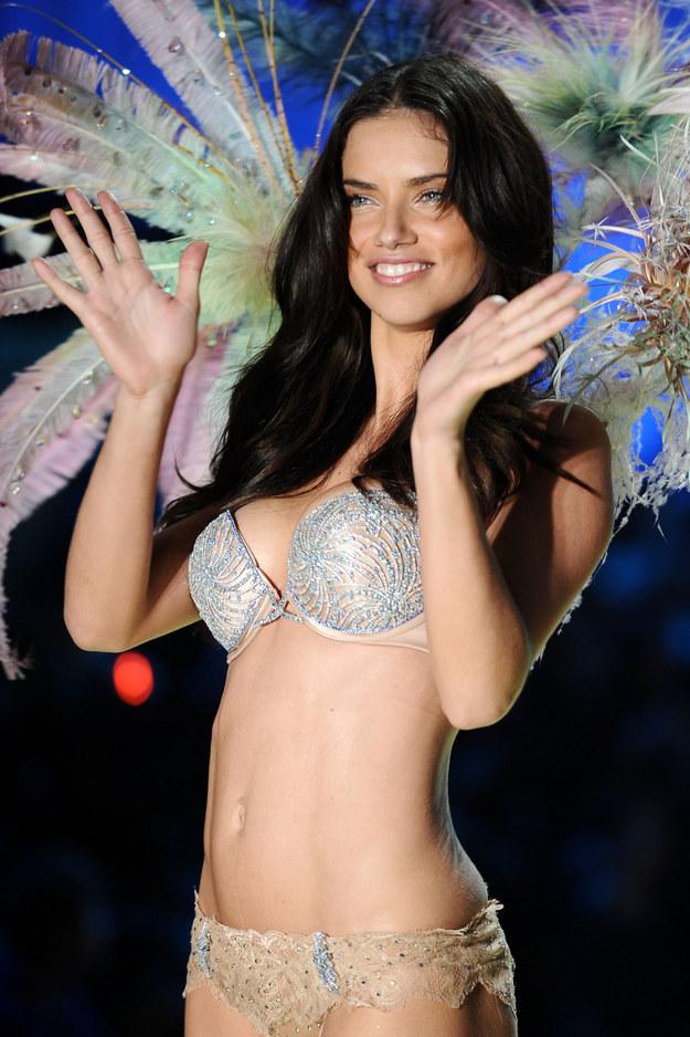 Siêu mẫu Adriana Lima mặc Fantasy Bra.