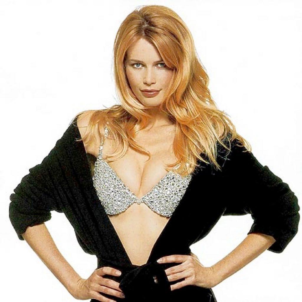 Siêu mẫu Claudia Schiffer mặc Fantasy Bra.