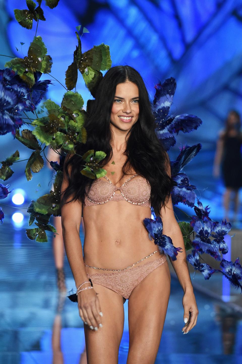 Những chiếc nội y Victoria's Secret mang hơi hướng thời trang cưới