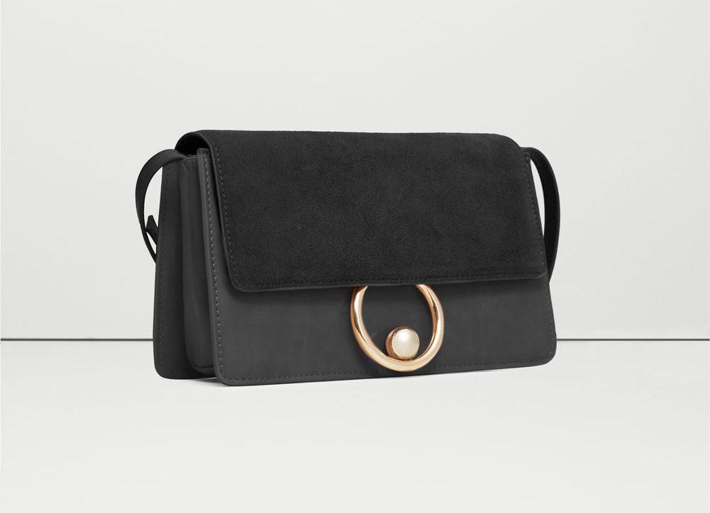 Mango đem đến cho giới mộ điệu thời trang thiết kế túi với điểm nhấn là những chiếc khuyên kim loại, một phần không thể thiếu của xu hướng thời trang năm nay. Thoạt nhìn chiếc túi này có vẻ có kích thước nhỏ, song dung lượn của nó khiến người ta ngỡ ngàng bởi được trang bị đến 3 ngăn túi chính có thể linh hoạt sử dụng cho rất nhiều đồ đạc.