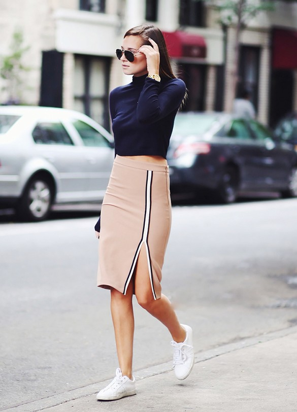Kết hợp váy bút chì cùng sneaker giày thể thao - elle vn