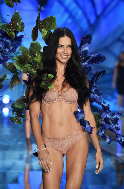 Dù 35 tuổi Adriana Lima vẫn không thua kém Kendall Jenner