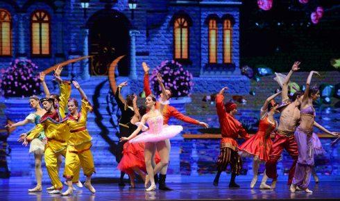 """Vở ballet """"Kẹp Hạt Dẻ"""" này được nhà soạn nhạc thiên tài P.Tchaikovsky soạn vào năm 1890, dựa trên truyện ngắn """"Kẹp hạt dẻ và Vua chuột"""" của nhà văn Đức E. T. A. Hoffmann."""