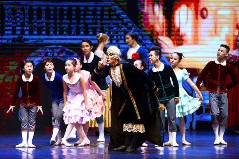 Phần mở màn của Kẹp Hạt Dẻ được thực hiện bởi 20 em nhỏ xuất sắc từ cuộc thi Ballet nhí từ trước đó.