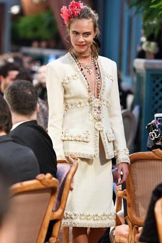 Cara Delevingne tái xuất tại buổi ra mắt BST Chanel Pre-Fall 2017