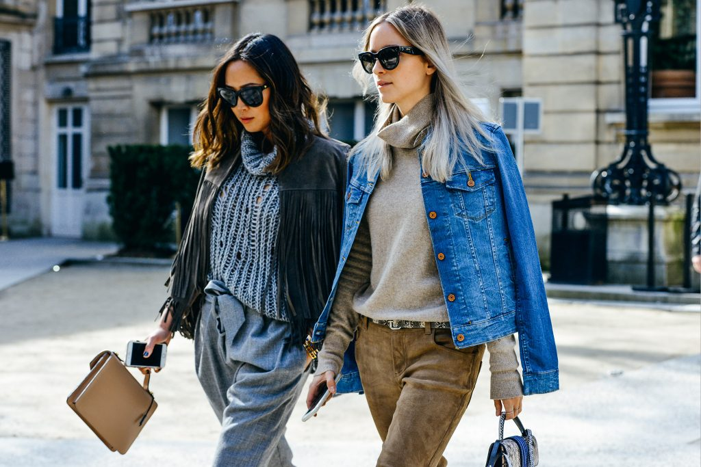áo cổ lọ phối cùng áo khoác jeans