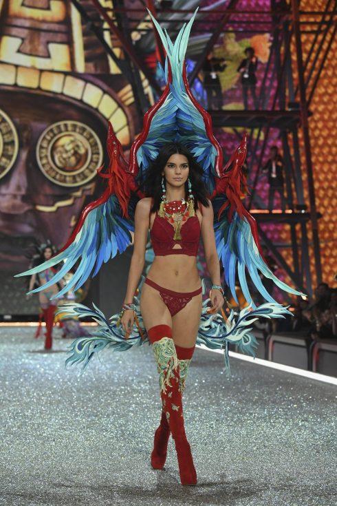 Em gái của Kim Kardashian, Kendall Jenner, cũng xuất hiện với bộ nội y màu đỏ và đôi cánh thiên thần hoành tráng.