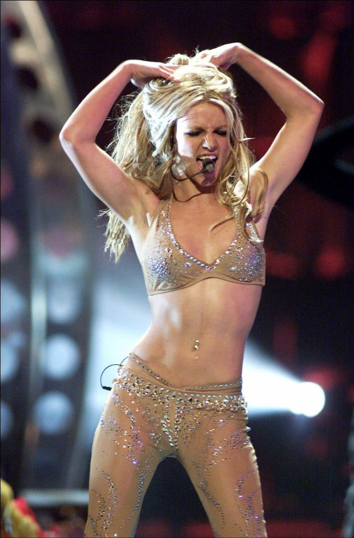 Ca sĩ Britney Spears biểu diễn năm 2000.